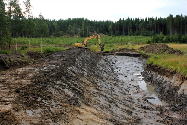 The wetland was re-created by damming. The dam was built of solid clay excavated at the site. The 90 meter long dam was built wide enough to be maintained by using regular farming machinery, tractors etc. Picture: Timo Niemelä