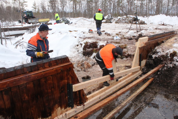 Aapajärvi wetland restoration, constructing of the sheet pile weir with stoplogs6, photo Juha Siekkinen 26.2.2015