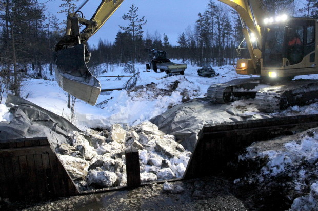 Aapajärvi wetland restoration, constructing of the sheet pile weir with stoplogs8, photo Juha Siekkinen 26.2.2015